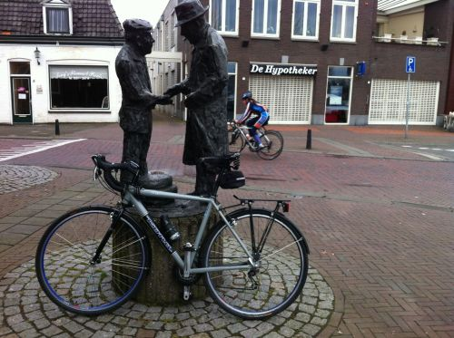 Labour and capital are surprisingly friendly in this Uitdam sculpture.