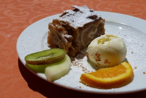 ...it does a good apfelstrudel mit eis and...