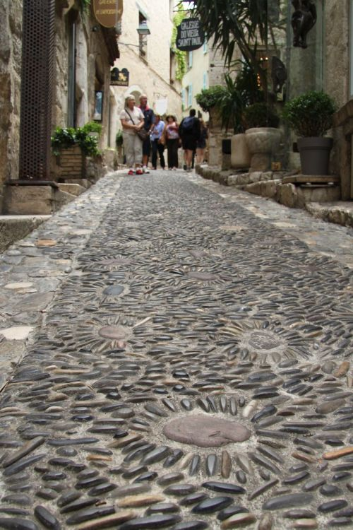 TIP: A low angle emphasises the charming, age-old cobblestones, even those laid recently. Location: Saint-Paul-de-Vence.
