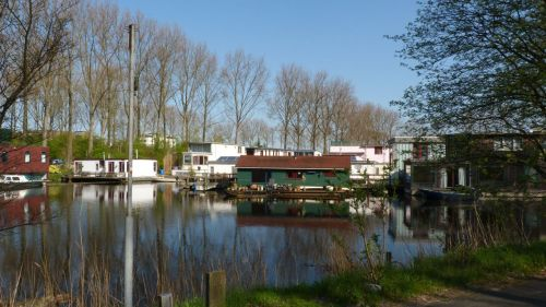 My route out of Amsterdam takes me past the houseboats between the Schinkel Canal and the Nieuwe Meer...