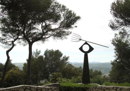 I love the positioning of this Miro, thought the bent tree almost outdoes it.