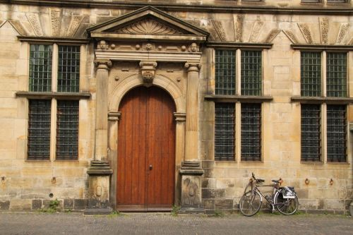Where there are bikes and old doors, the photo is compulsory.