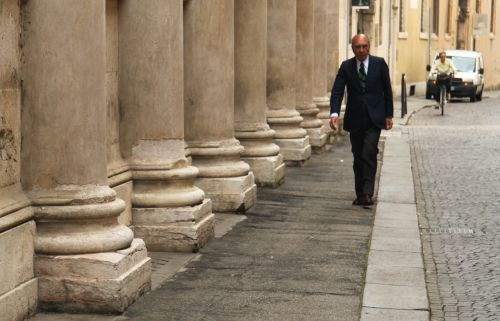 Dress well and walk past columns and you look authoritative.