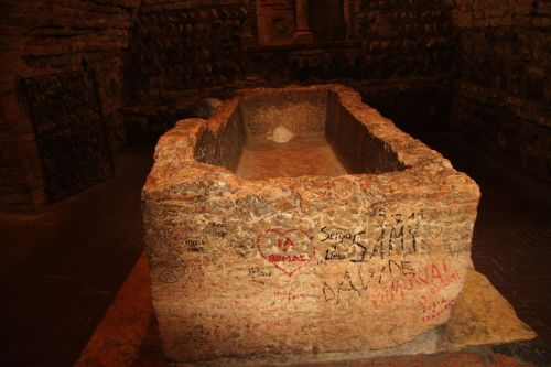 Juliet's tomb, inscribed with messages of love from idiots.