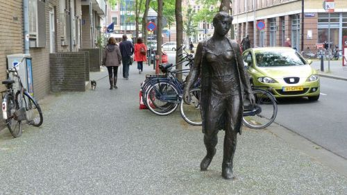 Another of Eftermeijer's 'Drie figuren op straat' (The figures in the street)