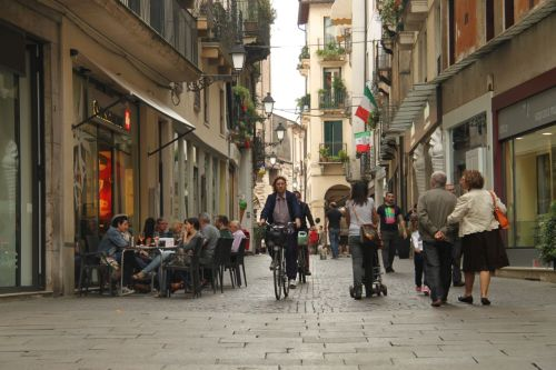 Does anyone think Vicenza would be nicer with motorised traffic here?