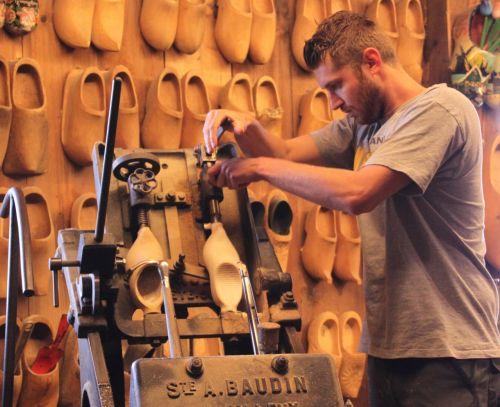 Zaanse Schans clog-maker doing his thing in an entertaining way.