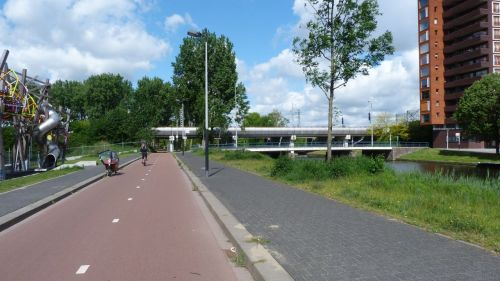 From the park I emerged into Amsterdam West. It's an area that is not particularly well-to-do, certainly not full of latte-sipping trendies, but it has bike paths like this.
