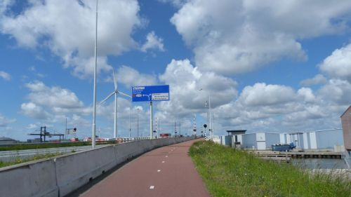 There's quite a lot of traffic heading out of Zaandam. It would be dangerous to ride in amongst it. But I don't have to. Note the cycleway. s